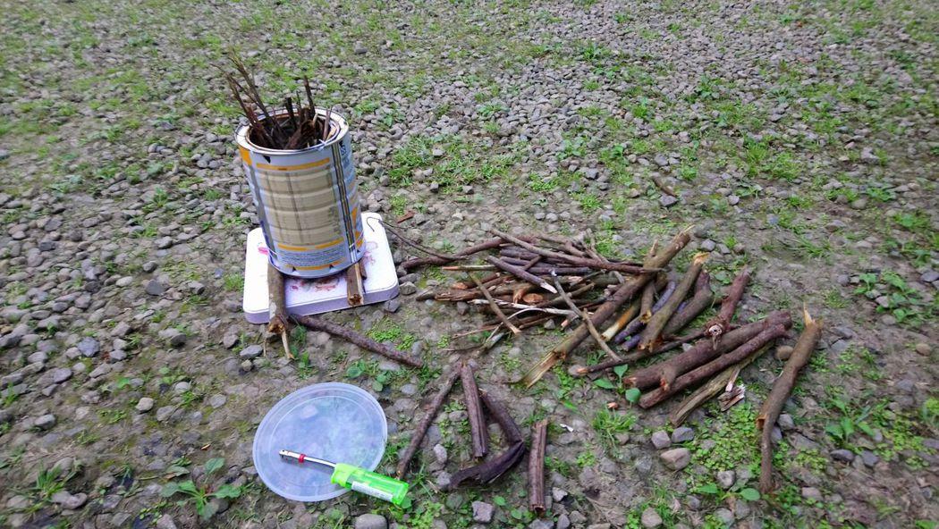 ↑小樹枝最好用,大樹下多得是,準備妥當要開火了。