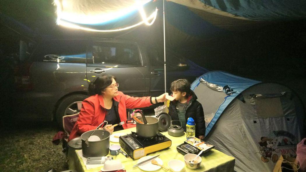 ↑宸宸喝著奶奶煮的熱湯,多麼溫馨。