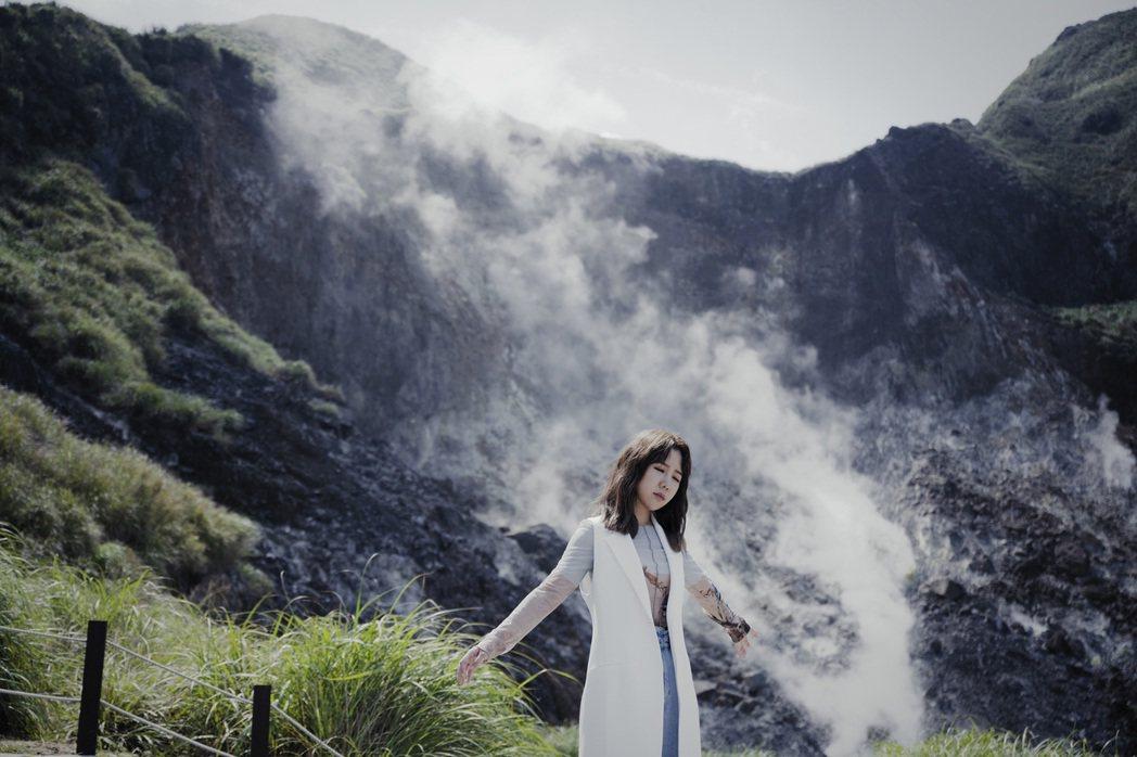 魏妙如上山下海拍攝MV。圖/如此音樂提供