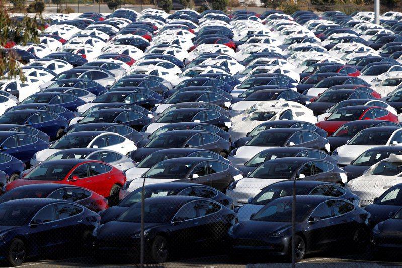 一批等待運交的特斯拉新車停在加州里奇蒙。電動車大廠特斯拉一日市值超越豐田汽車,成為全球市值最高的車廠。(路透)