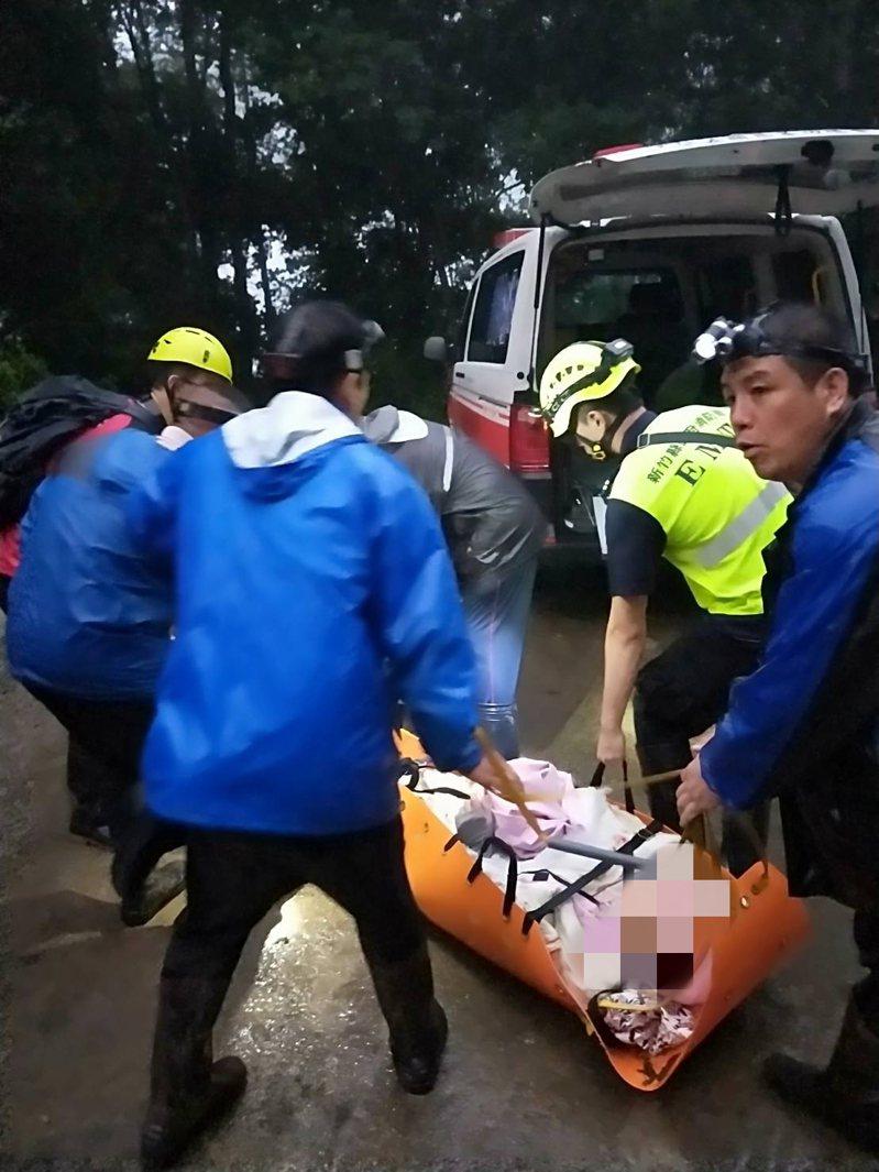 鎮西堡女登山客摔斷腿,在搜救人員協助下藉擔架扛下山就醫。記者巫鴻瑋/翻攝