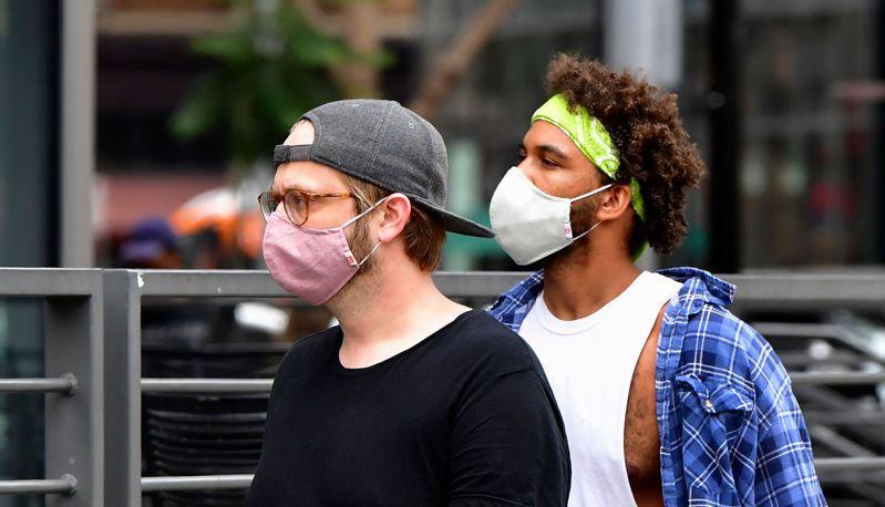 美國2日新增逾5.5萬人染疫。法新社