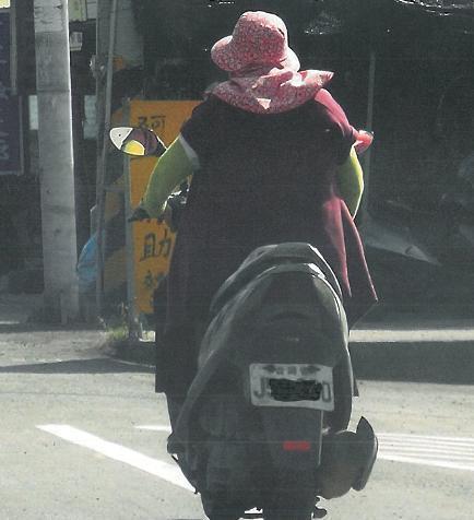雲林縣鄉間常見農民不戴安全帽,戴著防曬便帽就騎車外出。圖/聯合報系資料照片
