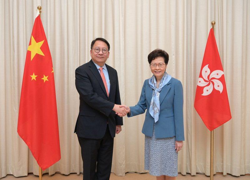 大陸國務院昨日根據林鄭月娥(右)提名,任命陳國基(左)為香港特別行政區維護國家安全委員會秘書長。 (香港中通社)