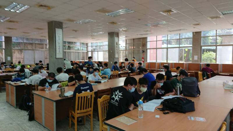 大學指考今天登場,學生說物理難,老師認為考題內容觀念和計算並重。記者鄭惠仁/攝影