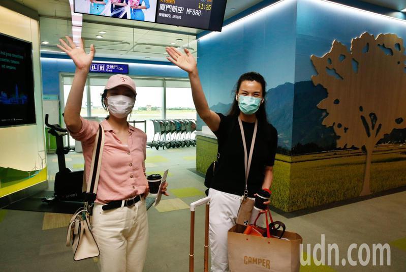 陸媒東南衛視兩名駐點記者因違反規定,被要求今日離境,兩位記者艾珂竹(右)及盧嬙(左)上午搭機離台,兩人登機前向媒體揮手道別。記者鄭超文/攝影