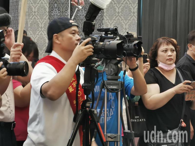 余永裕今天仍堅守崗位,在台下為所有得獎者拍照。記者卜敏正/攝影