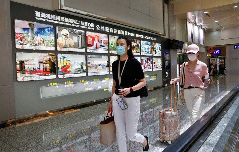 陸媒東南衛視兩名駐點記者艾珂竹(左)及盧嬙(右)被要求今日離境,兩人今天上午前往桃園機場搭機離境。記者鄭超文/攝影