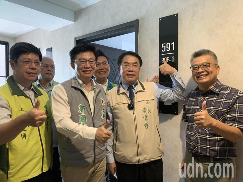 台南市長黃偉哲(右二)說,他提出加碼抽獎「送房子」,靈感來自大樂透,價值越高越能吸引人,但財政拮据,他雖是「乞丐許大願」,但也是說到做到。記者吳淑玲/攝影