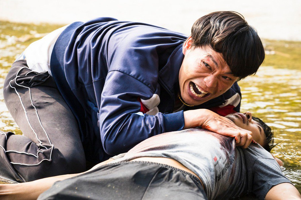 劇中孫綻(右)中槍倒地,黃鐙輝無助放聲大哭。圖/民視提供