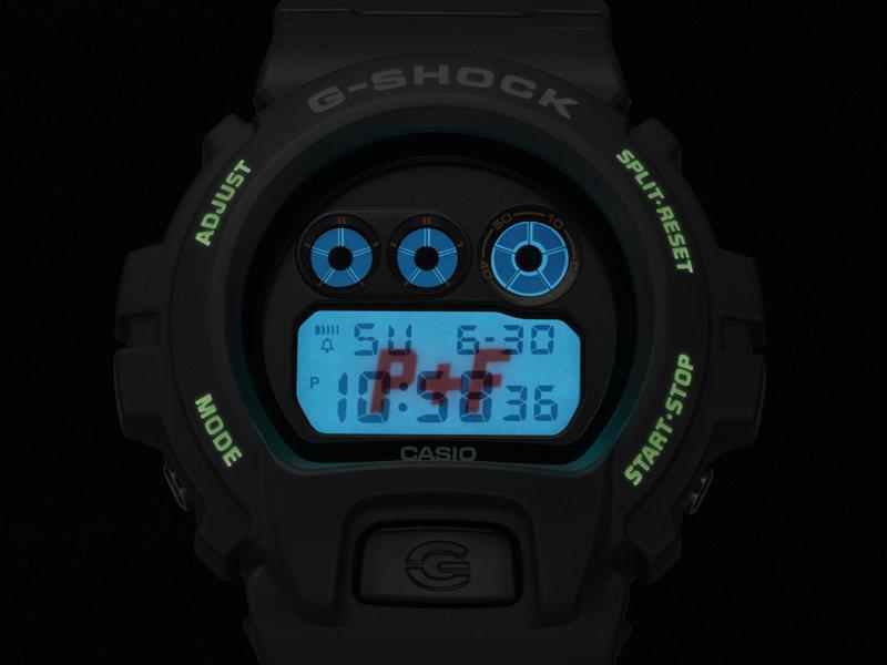 DW-6900PF-1聯名腕表,當夜晚開啟照明時,液晶螢幕會浮現P+F紅色字樣。圖/Casio提供