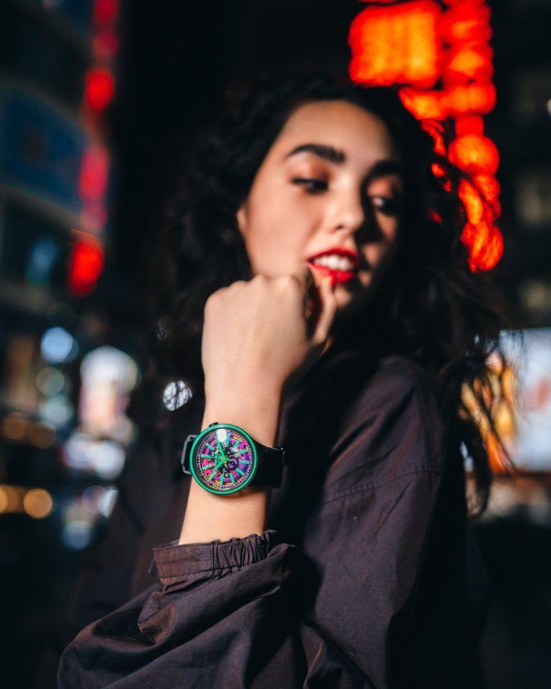 女模詮釋SWATCH推出全新的Big Bold SPECTRUM系列腕表3,600元。圖/SWATCH提供
