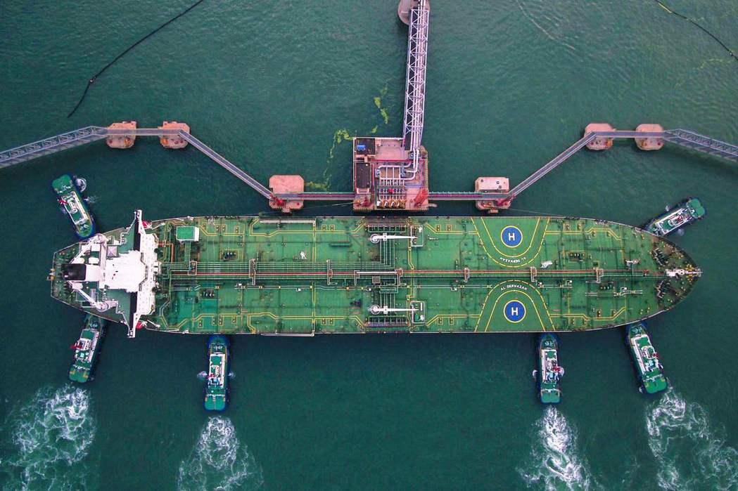 圖為早前一艘停泊在青島港的油輪。(法新社)