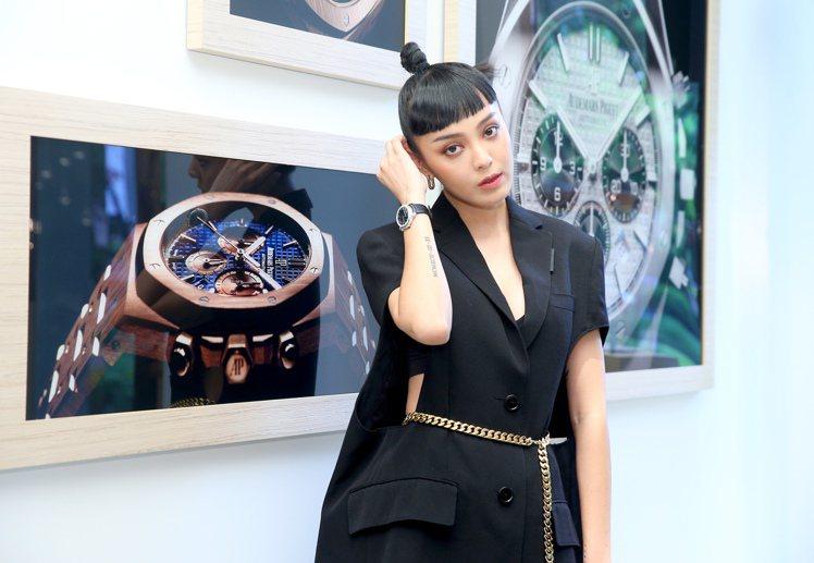 模特兒出身的KOL李函Kiwi,現場示範了千禧霜金Philosphique腕表,...