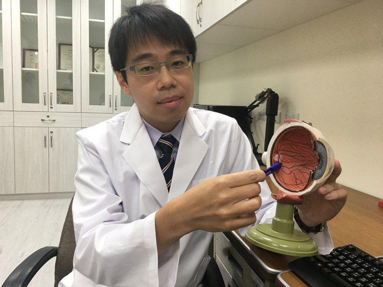 台中榮總眼科部主治醫師林俊賢說明黃斑部位置。記者鄧桂芬/攝影