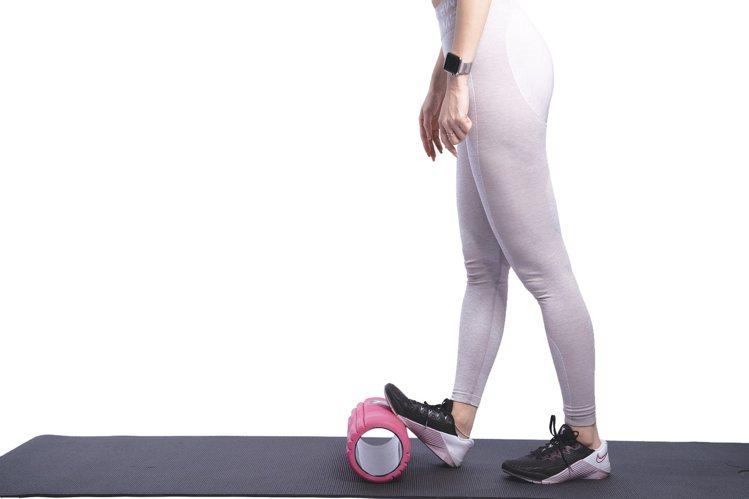 多做拉伸小腿肌肉的動作,讓緊繃的肌肉放鬆拉長。圖/采實文化提供