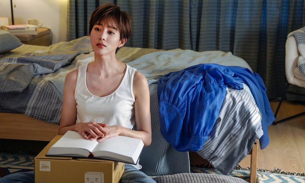張鈞甯演出「未來清單」,手上拿的「答案之書」線上銷售一空。圖/PChome線上購