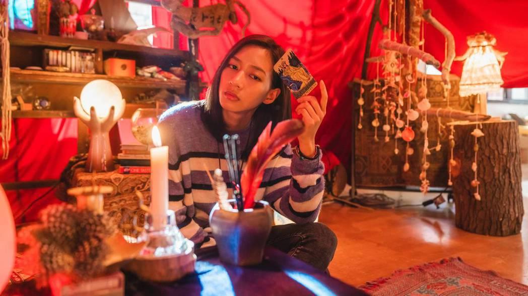 陳妤在「可不可以,你也剛好喜歡我」扮演對算塔羅牌與星座很著迷的女大學生。圖/華映