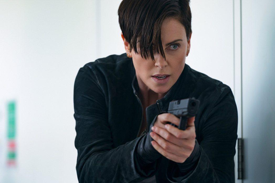 莎莉賽隆為「不死軍團」也接受了武器訓練。圖/Netflix提供