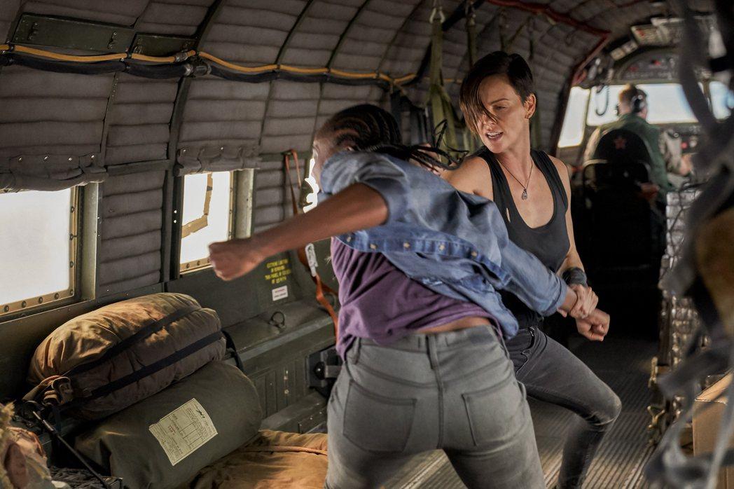 莎莉賽隆(右)在「不死軍團」動作戲非常多。圖/Netflix提供
