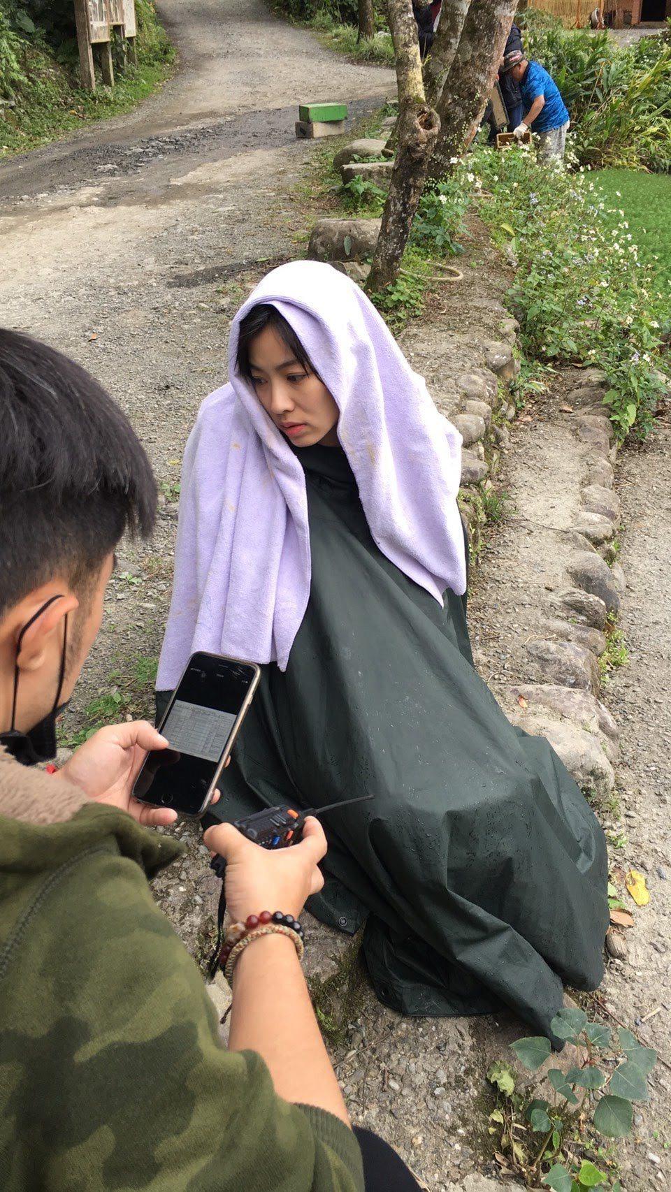 米可白在「生生世世」一場淋雨戲後,一身包緊緊一臉厭世。圖/台視提供