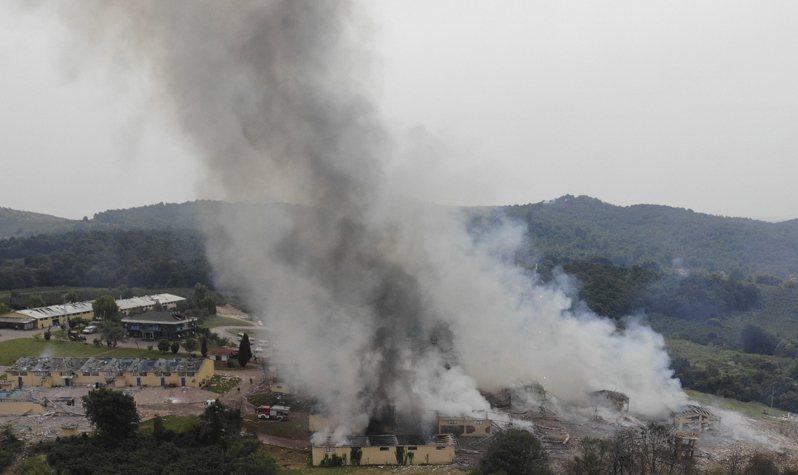 土耳其北部一間煙火工廠3日發生爆炸,現場濃煙直竄天際。(美聯社)