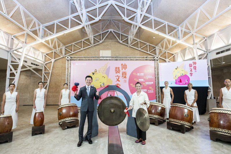 新竹市仲夏藝文季加碼推出7場次演出,市長林智堅(前左)昨天敲響銅鑼揭幕,邀親子共賞。圖/市府提供