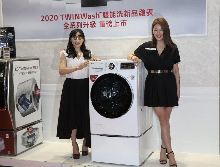 新上市的15公斤LG TWINWash雙能洗洗衣機在台北電器空調3C影音大展登場...