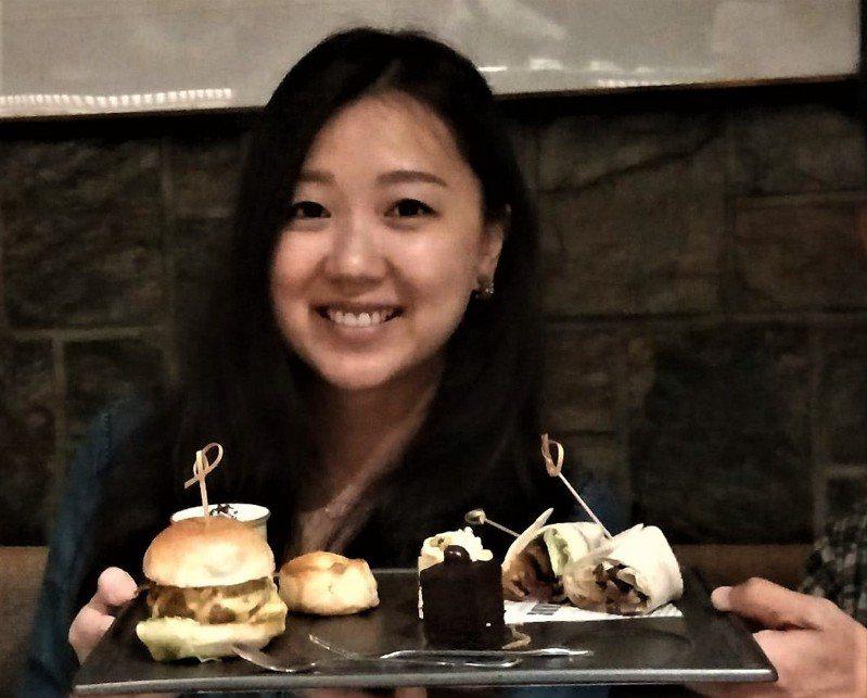 基隆市華星牛排館推出頂級和牛漢堡搭配法式甜點。記者游明煌/攝影