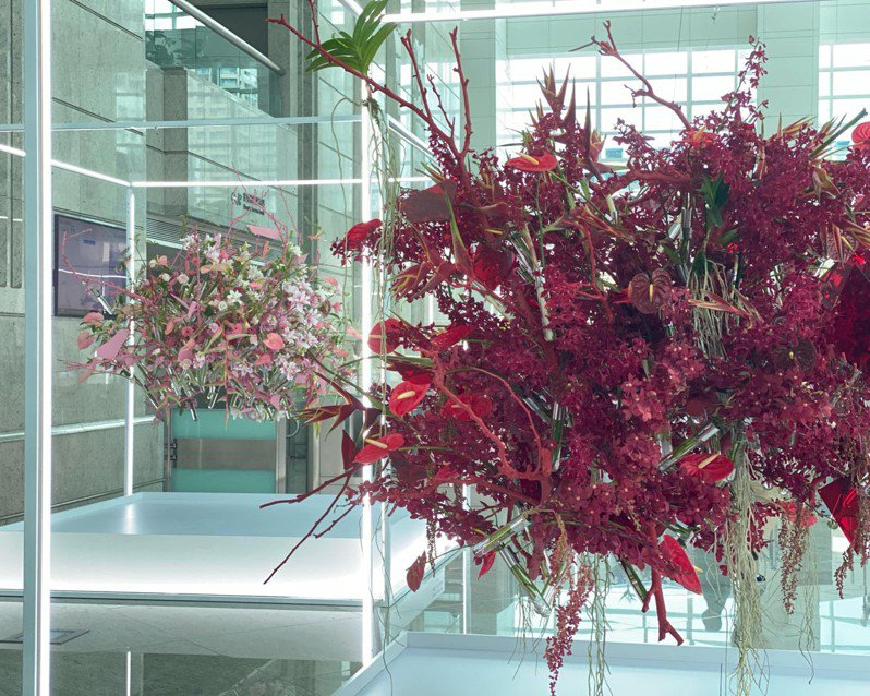 台北101再度結合台灣花卉及鋼纜藝術品,讓迎賓大廳成為呈現當代藝術的場域。台北101/提供