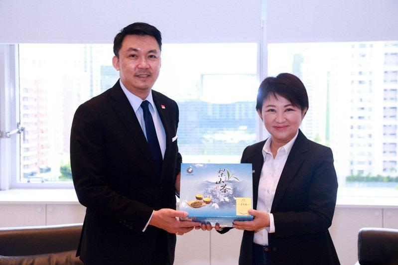 新加坡駐台北商務辦事處代表葉偉傑(左)今年2月上任,昨首次拜會台中市政府,與市長盧秀燕(右)暢談貿易、經濟、美食等多項議題,並邀盧市長赴星國體驗新加坡版購物節。圖/台中市新聞局提供