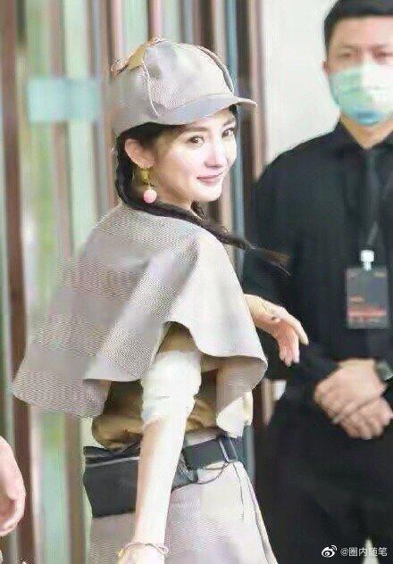 楊冪參加「密室大逃脫」第二季,一開始一身偵探服飄少女感。圖/摘自微博