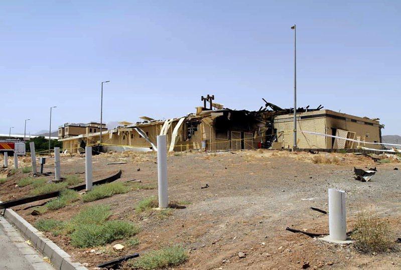伊朗原子能組織發布的照片顯示,納坦茲離心機組裝廠部分燒毀。(法新社)