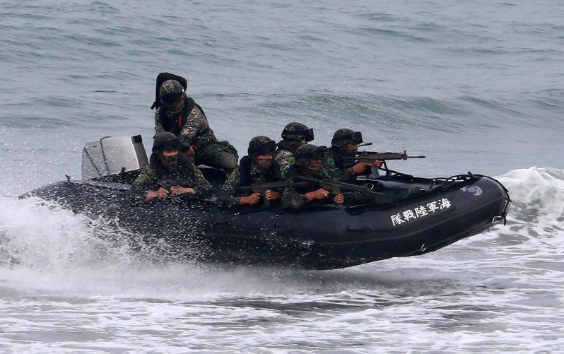 國防部昨日宣稱,陸戰隊昨日落水送醫搶救的三位戰士都是資深、專業的陸戰隊員,服役時間超過四年以上,不論是游泳、或者武裝泅渡都是合格的戰士,在人員訓練上沒有問題。圖/本報資料照