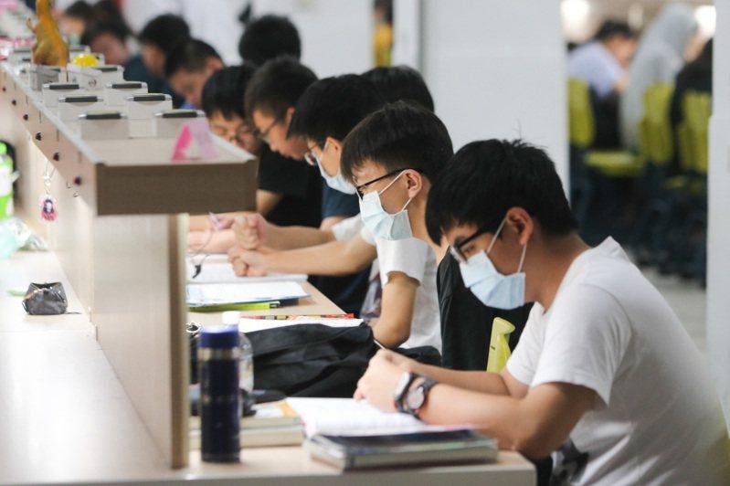 大學指考進入第二天的考試,考生做考前的最後衝刺。記者黃仲裕/攝影