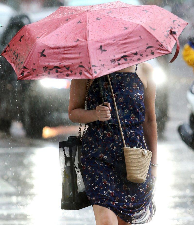 氣象局表示,受午後對流雲系發展旺盛,對八縣市發布大雨特報。聯合報系資料照/記者侯永全攝影