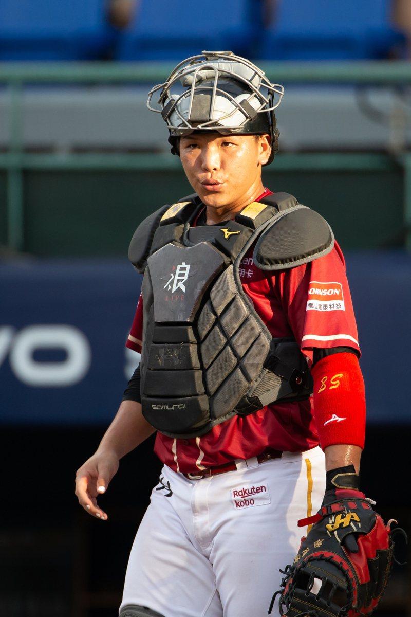樂天桃猿隊21歲捕手廖健富攻守兼備,同為捕手的隊友老將林泓育也稱讚。 記者季相儒/攝影
