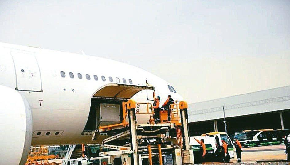廣州空港經濟區管委會公布,今年1至5月,白雲機場保稅區進出口貨值達人民幣71.3...