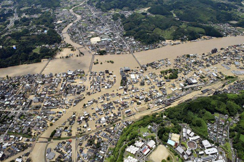 日本九州的熊本、鹿兒島縣等地遭遇數十年僅見大雨,日本氣象廳發布大雨特別警報,將警戒層級提高至最嚴重的第5級。美聯社