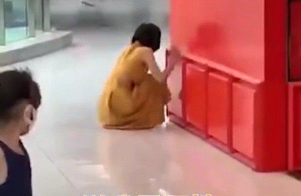 北京女子於賣場吃飯時接獲通知確診新冠肺炎,當場崩潰大哭。 圖/截自網易影片