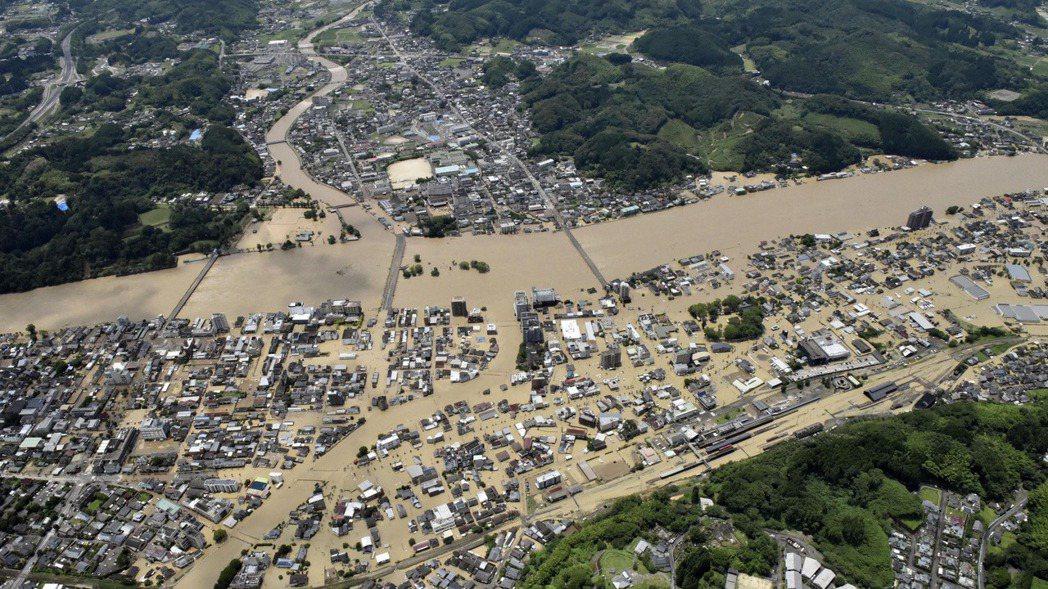 日本九州的熊本、鹿兒島縣等地遭遇數十年僅見大雨,日本氣象廳發布大雨特別警報,將警...