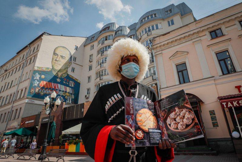 俄羅斯當局今天通報,境內新增6632起2019冠狀病毒疾病(COVID-19,新冠肺炎)確診病例,使得全國染疫總數來到67萬4515例,死亡總數也突破1萬人。 歐新社