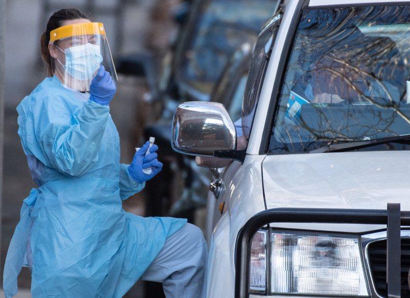 澳洲人口第2多的維多利亞州通報,州內今天新增108起2019冠狀病毒疾病(COVID-19,新冠肺炎)確診病例,創下3月底以來單日新高,迫使當局將禁足令適用範圍擴大到2個郊區。 歐新社