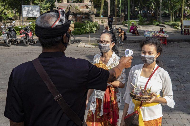 印尼衛生部官員艾瑪德(Achmad Yurianto)表示,境內今天通報新增1447起2019冠狀病毒疾病(COVID-19,新冠肺炎)確診病例,累計確診數達到6萬2142例。 歐新社