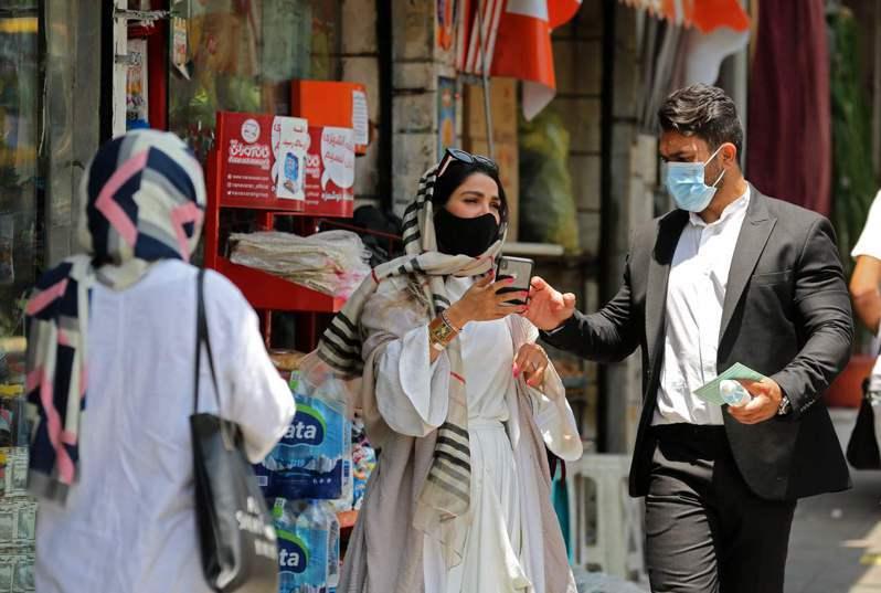 伊朗今天通報新增148起2019冠狀病毒疾病(COVID-19)死亡病例,政府已宣布新防疫措施,包括5日起民眾在室內公共場所須強制戴口罩,未遵守衛生規範的工作場所將關閉一週。 法新社