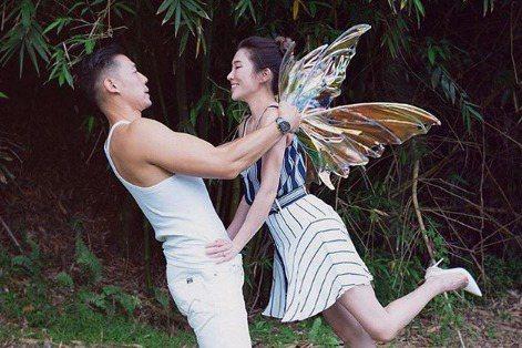 舞蹈老師KIMIKO(林睿君)結婚了!據《ETtoday星光雲》報導,KIMIKO今年1月接受男友王家玄求婚,男方今天在IG上曝光喜訊,並曬出兩人拿著結婚書約的合照,開心喊著:「她簽名了!」。據悉,...