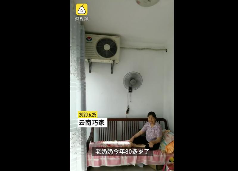 中國這位80幾歲奶奶家中冷氣越吹越熱,鄰居一看才發現冷氣室外機裝在客廳。圖擷自梨視頻