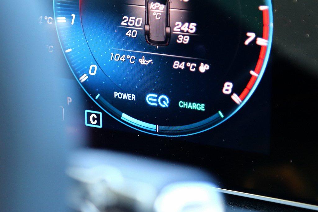在電動馬達與電子渦輪輔助下,使車輛在起步時更滑順,重踩油門也能更快響應動力。 記...