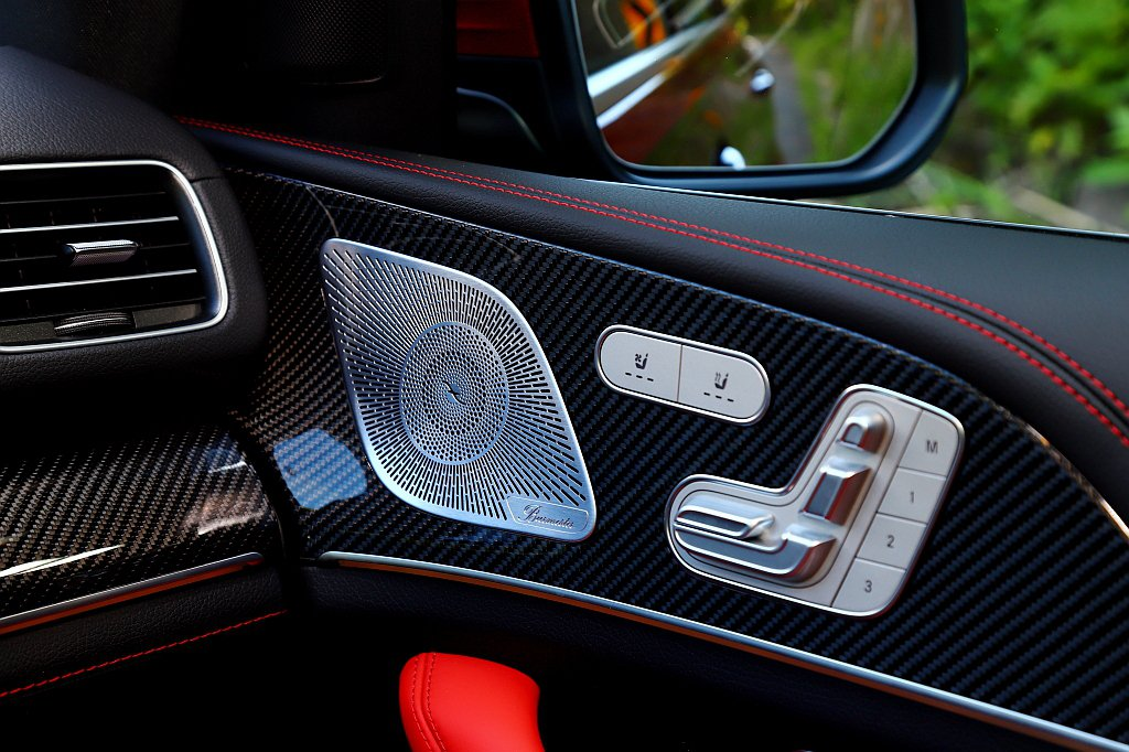 試駕車型額外選配紅/黑內裝與座椅以及AMG碳纖維飾板等套件。 記者張振群/攝影