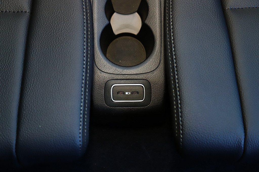 選配第三排座椅仍會提供兩個置杯架與USB充電插孔,並可以滿足身高170cm以下成...